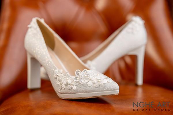 Giày cưới Nghé Art kim tuyến đính dãy hoa trắng 5 cánh 268 - Trắng - 10 phân