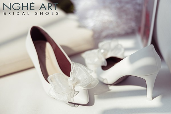 Giày cưới Nghé Art đính nơ voan ngọc trai 330 - 8 phân