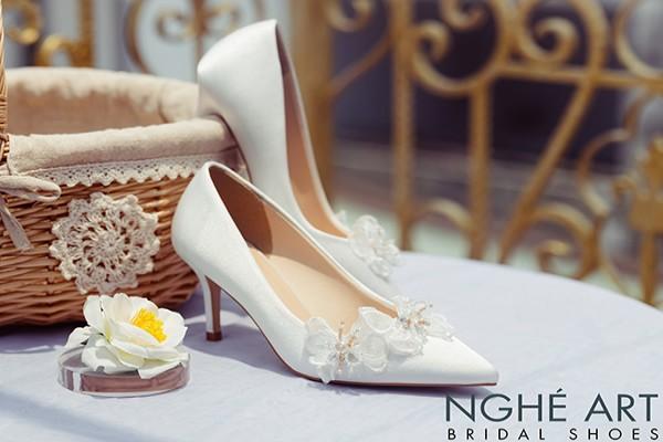Giày cưới Nghé Art satin trắng đính bướm voan 335 - 7 phân