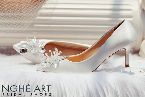 Giày cưới Nghé Art satin trắng đính đoá hoa pha lê 336 - 7 phân