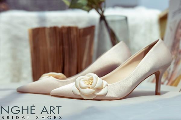 Giày cưới Nghé Art satin trắng đính hoa lụa 334 - 7 phân nude