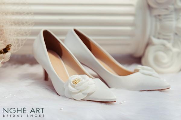 Giày cưới Nghé Art satin trắng đính hoa lụa 334 - 7 phân trắng