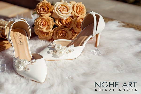 Giày cưới Nghé Art quai ngang đính hoa 216 - 8 phân - hoa trắng
