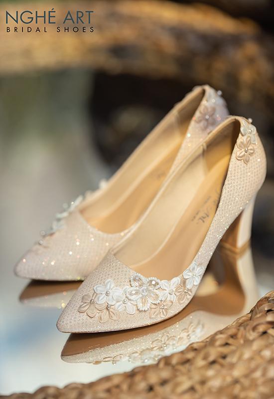 Giày cưới Nghé Art kim tuyến đính dãy hoa trắng 5 cánh 268 nude - Ảnh 2 -  Nghé Art Bridal Shoes – 0908590288