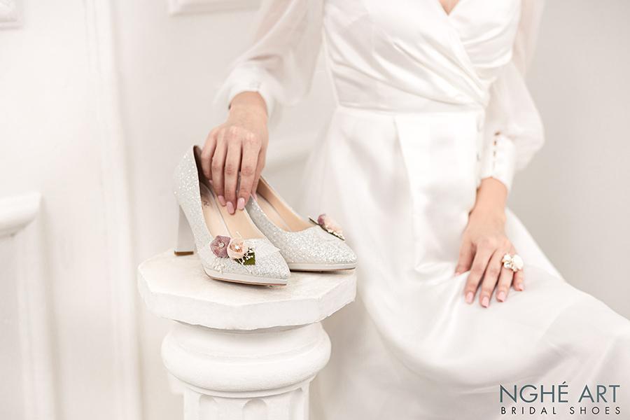 Giày cưới Nghé Art kim tuyến đính hoa bi trắng 307 - Ảnh 1 -  Nghé Art Bridal Shoes – 0908590288