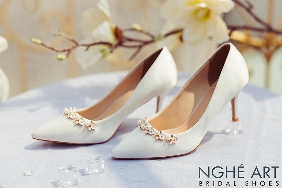 Giày cưới Nghé Art lụa satin trắng nhánh hoa kim loại 325 - Ảnh 1 -  Nghé Art Bridal Shoes – 0908590288