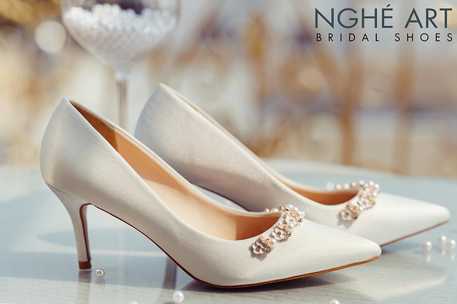Giày cưới Nghé Art lụa satin trắng nhánh hoa kim loại 325 - Ảnh 2 -  Nghé Art Bridal Shoes – 0908590288