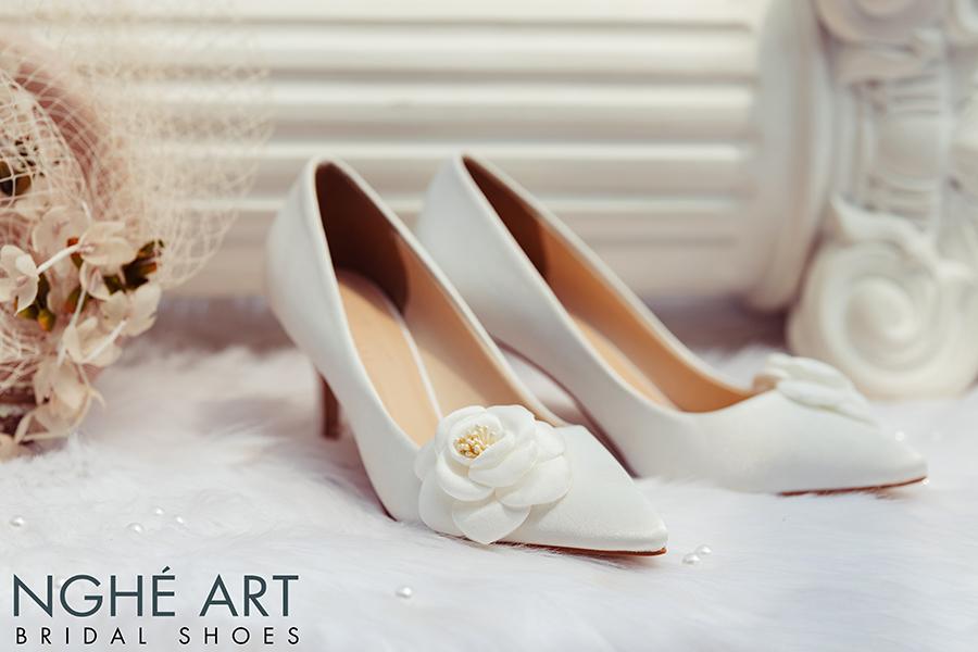 Giày cưới Nghé Art satin trắng đính hoa lụa 334 - Ảnh 1 -  Nghé Art Bridal Shoes – 0908590288