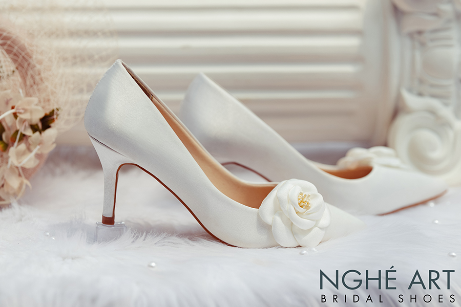 Giày cưới Nghé Art satin trắng đính hoa lụa 334 - Ảnh 2 -  Nghé Art Bridal Shoes – 0908590288
