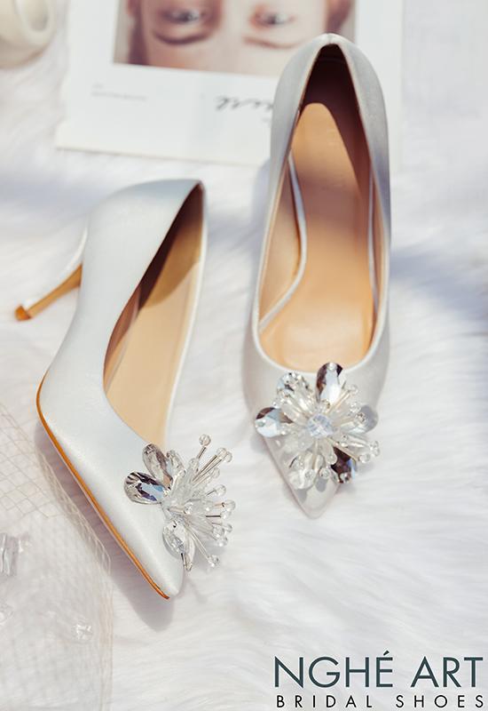 Giày cưới Nghé Art satin trắng đính đoá hoa pha lê 336 - Ảnh 5 -  Nghé Art Bridal Shoes – 0908590288