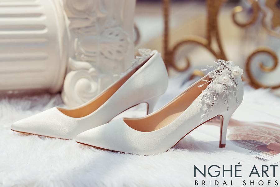 Giày cưới Nghé Art satin trắng gót đính nhành hoa 337 - Ảnh 1 -  Nghé Art Bridal Shoes – 0908590288
