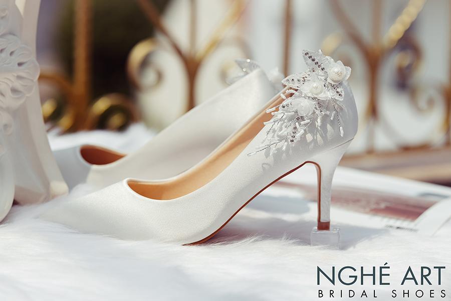 Giày cưới Nghé Art satin trắng gót đính nhành hoa 337 - Ảnh 2 -  Nghé Art Bridal Shoes – 0908590288