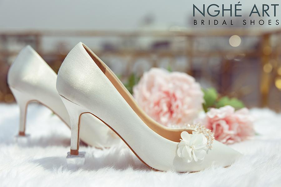Giày cưới Nghé Art lụa satin trắng đính hoa pha lê 339 - Ảnh 2 -  Nghé Art Bridal Shoes – 0908590288